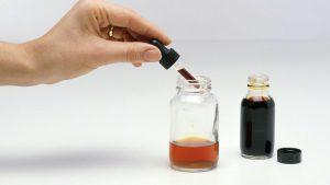 mao com conta gotas preparando dosagem de lugol