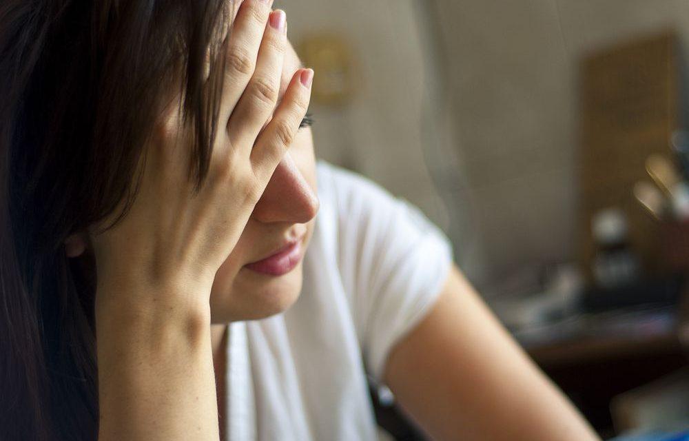 pessoa com a mão na cabeça com ar de preocupada