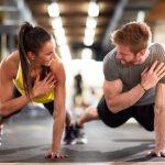 duas pessoas fazendo exerc[icio físico