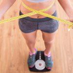 imagem de uma mulher se pesando em cima da balança